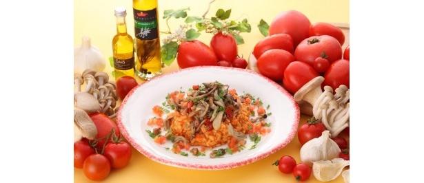 トマトのコクと旨みをギュっと閉じ込めたソースで炊き上げたリゾット「たっぷりキノコの大麦入りトマトリゾット」1080円(提供期間:10/1(月)~12/9(日))