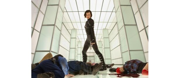 【写真を見る】黒の戦闘服もクール!ミラの鍛え上げた肢体がセクシー