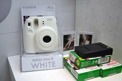 ホワイトカラーの「instax mini 8『チェキ』」