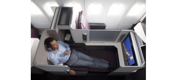 ビジネスクラスでは、完全に座席が平らになるフルフラットシートをJALとして初めて導入
