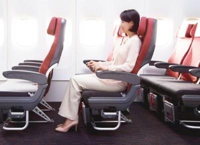 エコノミークラスでは、前の座席との間隔を5~7cm、足元の空間を10cm大きくした