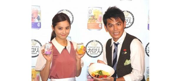 プレス発表会に登場した佐々木希と岡田圭右(写真左から)