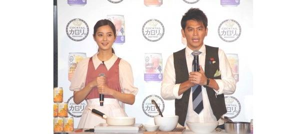 「佐々木希のNozomi's Cafe」の第1号の客として岡田が来店