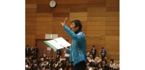 歌唱指導の先生が優しく丁寧に発声方法を教授
