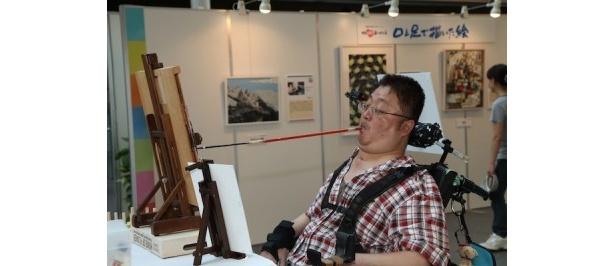 作品を描く古小路浩典さん