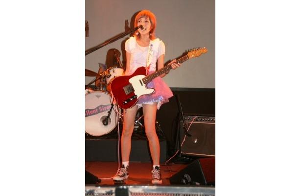 菫(すみれ)にちなんですみれ(紫)色の衣装に身を包んだボーカル&ギターのすぅこと吉田菫