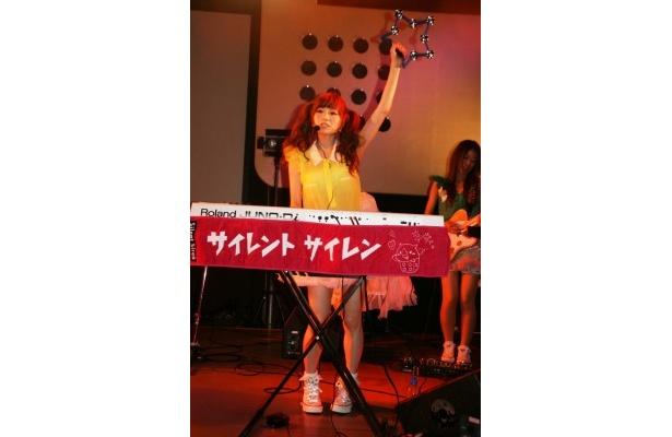 タンバリンを振りながらキーボードを弾く新メンバーのゆかるんこと黒坂優香子