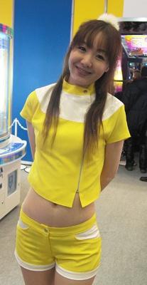 黄色いコスチュームでアンニョイな表情