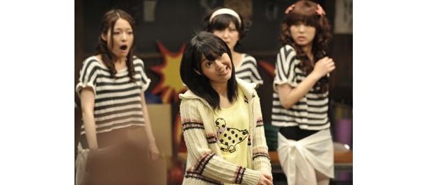 主人公・向田マキを演じるのは指原莉乃。アイドルらしからぬ変顔をこれでもかと披露