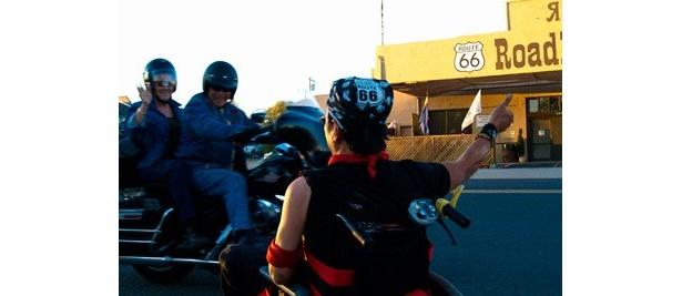 車椅子生活を余儀なくされた通称CAPさんが仲間や家族とともにアメリカを旅する