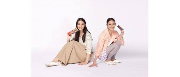ロッテ「ガーナチョコ&クッキーサンド」の新テレビCMで一人二役を演じる武井咲