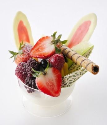 ウサギの耳がかわいい「ゴージャスセレブデザート」(700円)