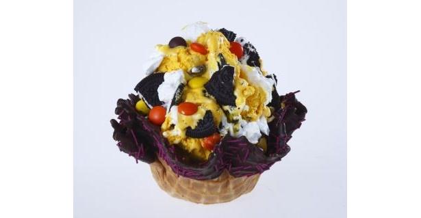 【写真を見る】アイスにお菓子をミックス!カラフルなハロウィン限定メニューはコチラ