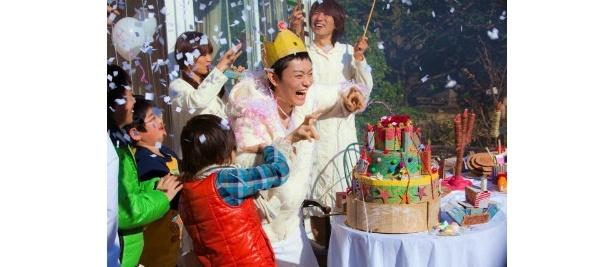 【写真をもっと見る】ピュアな笑顔ではしゃぐ菅田将暉が可愛い!