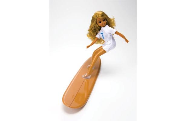 サーフボードに付いた特別なブーツで、リカちゃんは上手に立つことができる (C)  2009 TOMY