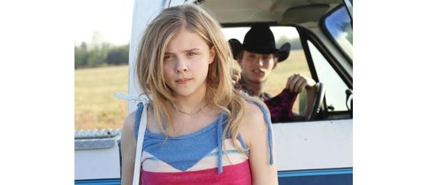 田舎町を飛び出し、憧れの街へ向かう決意を固める少女を好演。ちょっと背伸びしたセクシーな衣装にも注目