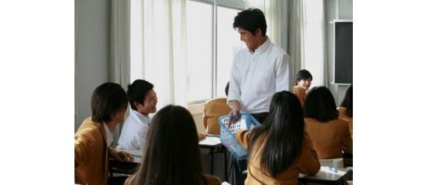 【写真を見る】こんな先生だったら確かに人気になるかもしれない!?