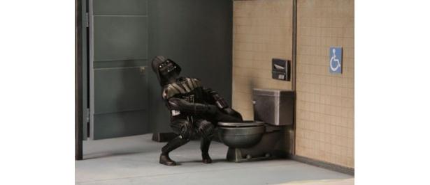 【写真を見る】マントがトイレに流されて大慌て。こんなベイダーは絶対に嫌だ!?