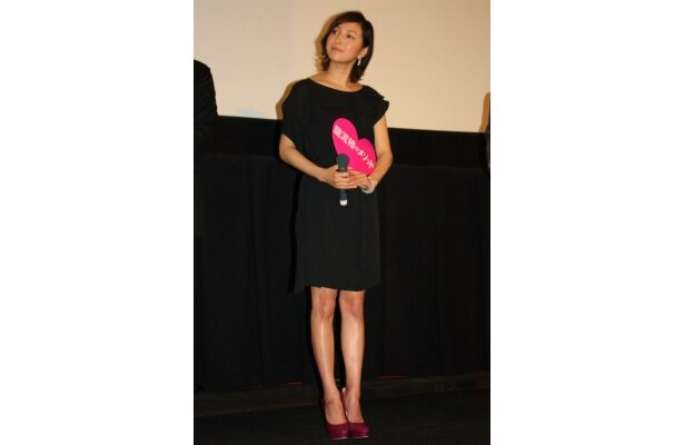 【写真を見る】広末涼子は膝上ミニのワンピースで美脚を披露!