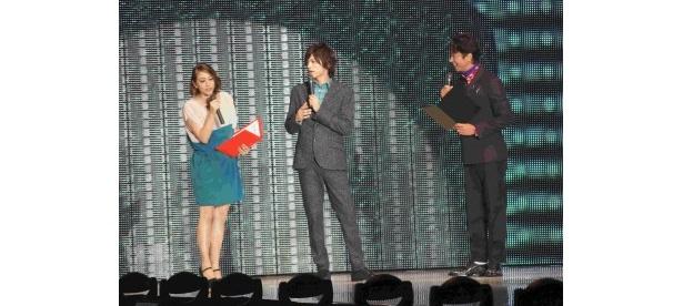 スペシャルゲストとして登場した山本裕典(写真中)とMCのSHELLY(写真左)と谷原章介(写真右)