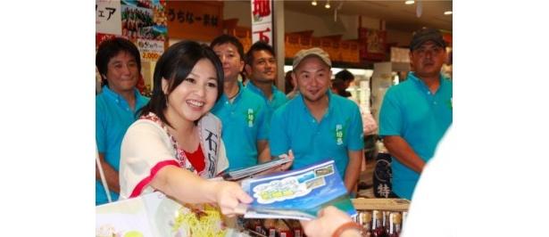 来店客に自ら石垣島のパンフレットを手渡す