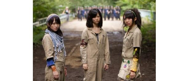 ドラマ24「マジすか学園3」に出演する島崎遥香(写真中央)、川栄李奈(同左)、木崎ゆりあ(同右)