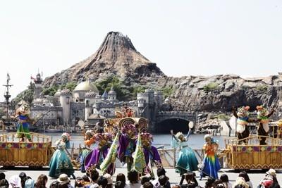 ミッキー、ミニー、プルートは海上に登場。陸上ではドナルドやチップ&デールのほか、東京ディズニーシーのハロウィーン初登場となるピノキオ&ゼペット、ネコのマリーが踊る