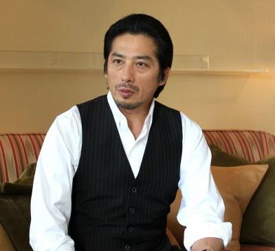 ベスト姿の真田広之さん