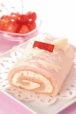 「ルタオ」さくらんぼホワイトチョコロール¥1575(1本)各日限定120本。希少価値の高い、余市町阿部農園のサクランボを使った大丸オリジナルの贅沢ロール