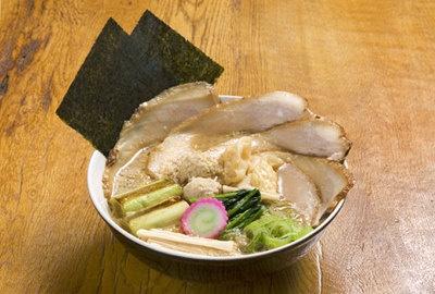 「らーめん富蔵」コクうまちゃーしゅーめん¥1155。コクのあるこってりスープに器からはみ出すほどたっぷりのせたチャーシューは感動モノ