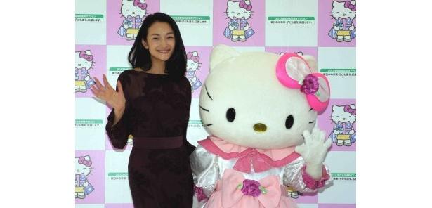 ゲストとして登場した冨永愛とハローキティ(写真左から)