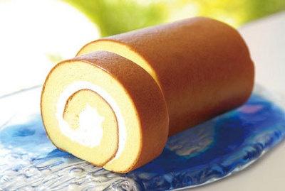 「お菓子のマルシェ」石垣の塩ロール¥840(1本)。しっとりとした生地と石垣の塩により引き立つクリームの甘味で、より深い味いに