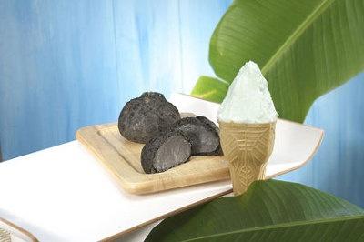 「安・ISHIGAKI GELATO」石垣の塩ジェラート¥381(手前)、ゴマ塩シュークリーム¥251(1個・奥)。あと味さっぱりの塩ジェラートなどそろう人気ジェラート店