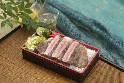 「いしなぎ屋」石垣牛ステーキ弁当¥1785(1折)。潮風と太陽をいっぱい浴びて育った石垣牛を使用した一品