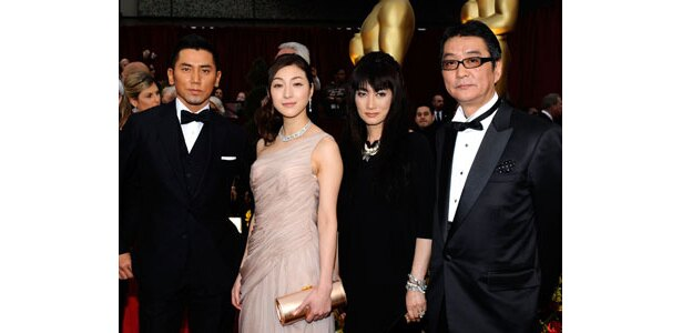 受賞前の滝田監督(右)、余貴美子(中央右)ら