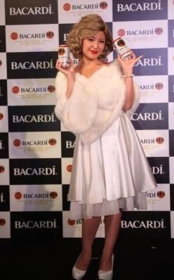 【写真を見る】マリリン・モンロー風衣装の全身ショット!