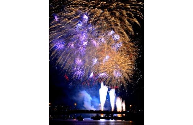 「第34回足立の花火」は4幕構成。3幕の特大富士と最終幕の約4500発のスターマインは見どころ