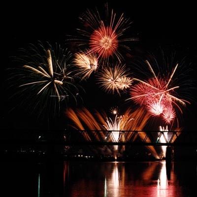 【写真を見る】「第30回調布市花火大会」は厳選された音楽×花火の競演!
