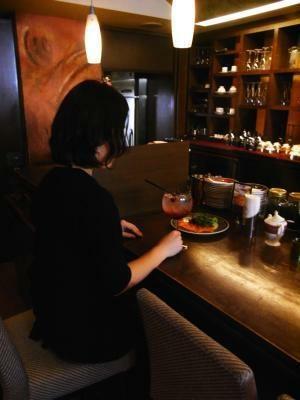 """1人でも入りやすいのが""""カフェ酒""""の魅力(写真はカフェ・ラミル新宿モア4番街店)"""