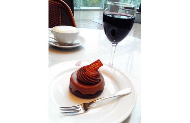 赤ワイン(700円)と、濃厚なケーキ・チョコラート(420円)の相性抜群!(イルピノーロ・カフェ 表参道)