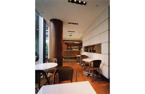 昼は光が入るカフェも、夜は大人な雰囲気で楽しめる(イルピノーロ・カフェ)