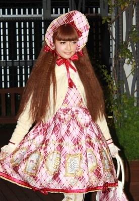 """""""ゴスロリ""""ファッションショーに登場したガーリーなピンクコーデのモデル"""