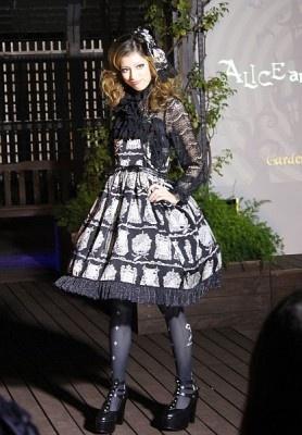 ブランド「アリス&ザパイレーツ」はダークなプリントのジャンパースカートを発表