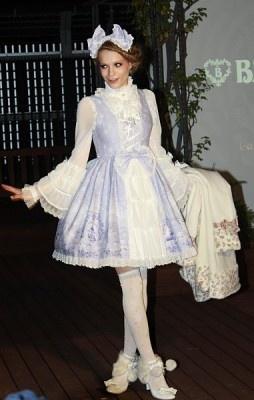 商品名「雪の女王~妖精が舞い降りる白い国~ プリンセスジャンパースカート」(2万4800円、ブランド「ベイビー,ザスターズシャインブライト」)