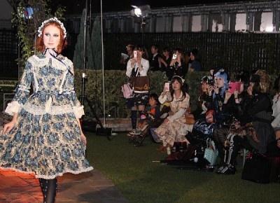 ファッションショーに注目する観客たち
