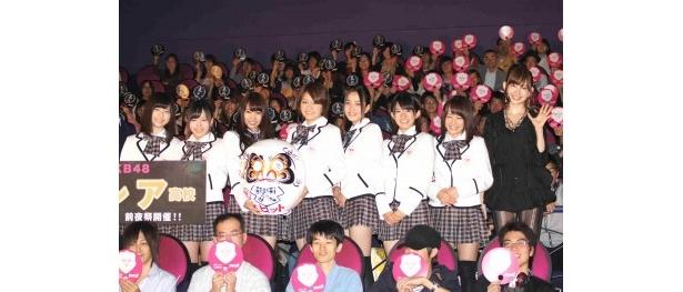 前夜祭の舞台あいさつに登壇したAKB48
