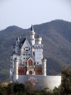 ディズニーランドの城のモデルにもなったノイシュヴァンシュタイン城(レプリカ)
