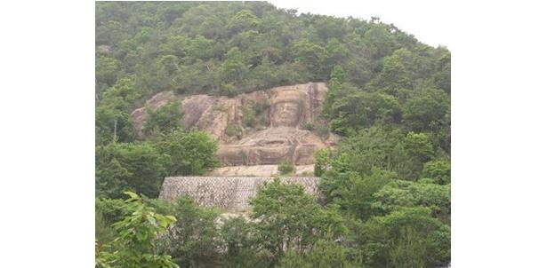 なんとも巨大なインドの磨崖仏