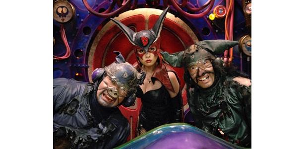 ヤッターマンの宿敵ドロンボー一味に扮するケンドーコバヤシ、深田恭子、生瀬勝久