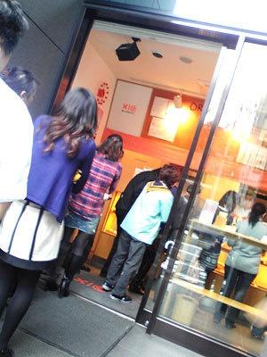 10:00の開店後から人が途切れず行列も!